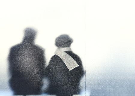 vieux: vieillesse - vieux couple assis dans un arr�t de bus