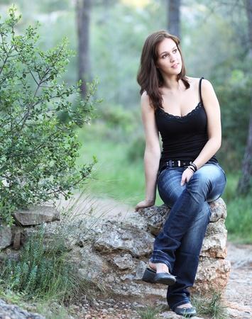 Primer plano retrato de una mujer Morena muy linda joven al aire libre Foto de archivo