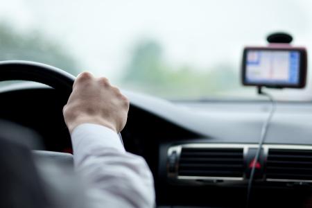 chofer: hombre conduciendo un autom�vil con las manos sobre el volante Foto de archivo