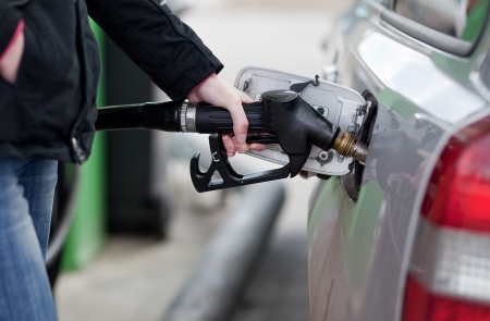bomba de gasolina: Coche alimentando en la estaci�n de gas Foto de archivo