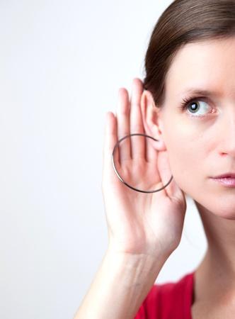 oir: Bastante joven mujer le pone la mano a su o�do y escucha con atenci�n