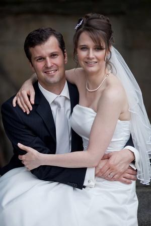 pareja joven boda - novios recién casados y novia posando al aire libre el día de su boda