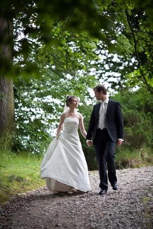 to wed: wedding giovane coppia - sposata di fresco sposo e la sposa in posa all'aperto il giorno delle nozze