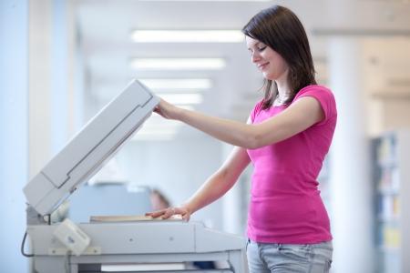 fotocopiadora: bastante joven mujer utilizando una m�quina de copia