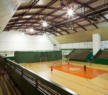 moderne multifunctionele sportzaal met jonge mensen die zich klaar voor de opleiding van (mensen in dit plaatje zijn beweging wazig -> deze afbeelding heeft geen behoefte aan een model release]
