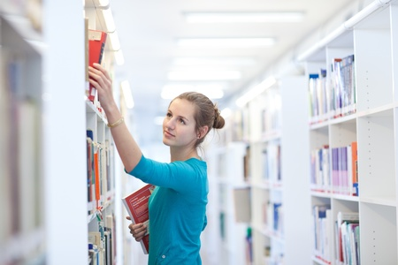 bibliotecas: bastante joven estudiante en una biblioteca