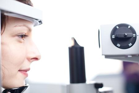 optometria: Optometria koncepcji - caÅ'kiem mÅ'oda kobieta o jej oczu zbadane przez lekarza oka (obrazu kolorowego toned) Zdjęcie Seryjne