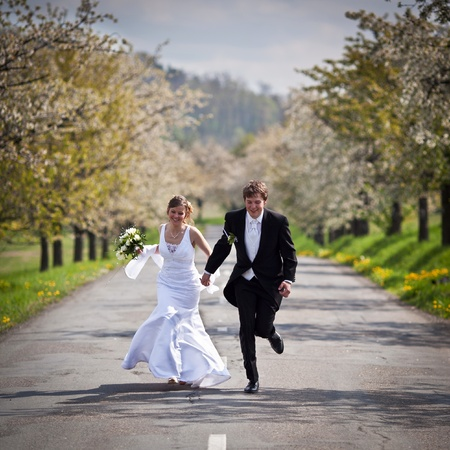 pareja joven boda - novios reci?casados y novia posando al aire libre el d?de su boda