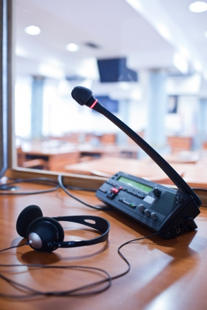translate: interpretaci�n - panel de control en un stand de int�rprete simult�nea y micr�fono