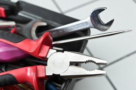alicates: primer plano de un conjunto de herramientas en una caja
