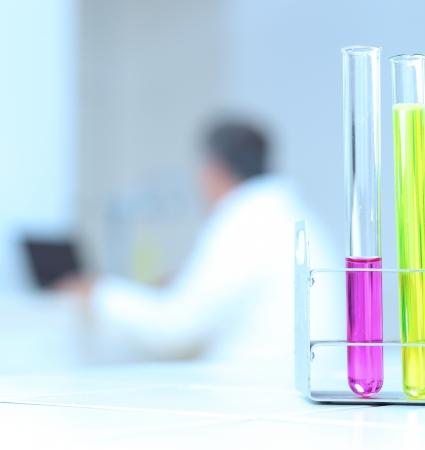bata de laboratorio: concepto de investigaci�n cient�fica - en el laboratorio (profundidad de campo; centrarse en los tubos de ensayo en tonos de color de imagen)