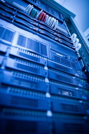 rechenzentrum: Server-Rack-Cluster in einem Rechenzentrum (shallow DOF; Farbe get�nt)