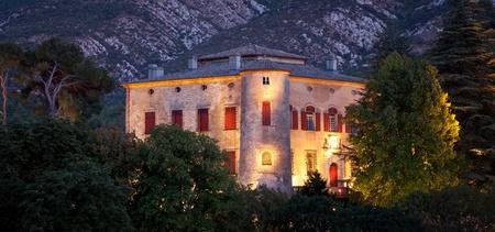 tumbas: Castillo de Vauvenargues - para la residencia de largo plazo de Pablo Picasso, Provenza, Francia Editorial
