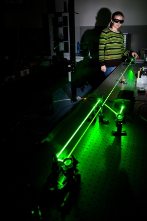 quantum: vrouwelijke wetenschapper het doen van onderzoek in een kwantumoptica lab
