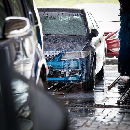 autolavado: los coches en un tren de lavado