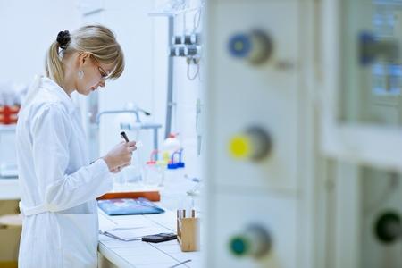 microbiologia: investigadora llevar a cabo experimentos de investigación en un laboratorio de química (imagen a color entonado) Foto de archivo