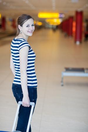 femme valise: Jolie jeune passagère à l'aéroport (shallow DOF; image couleur tonique) Banque d'images