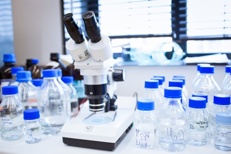 beaker: laboratorio de química (DOF, se centran en los vasos de precipitados en el primer plano)