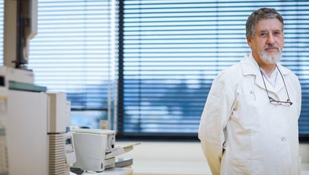 bata de laboratorio: Retrato del renombrado científico  médico en un centro de investigación  hospital de laboratorio.
