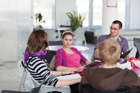 grupo de hombres: Grupo del colegio  universidad a los estudiantes durante un descanso entre clases - el chat, la comparaci�n de las notas, la diversi�n (DOF bajo, imagen en color entonado)