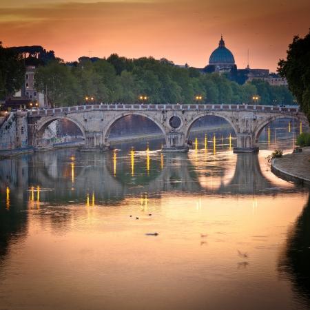 roma antigua: vista de st. Basílica de San Pedro y el río Tíber al atardecer - Roma, Italia Foto de archivo