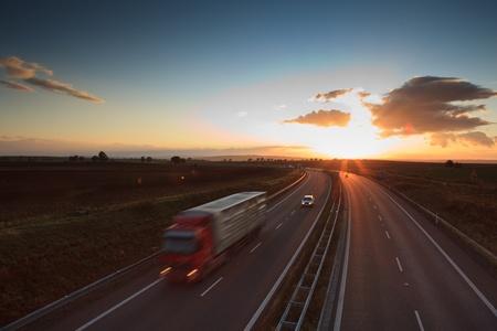autopista: tr�fico de la carretera - de movimiento borrosa cami�n en una (imagen a color entonado) autopista  autov�a  autopista en la oscuridad