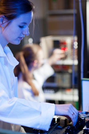 quantum: vrouwelijke wetenschapper onderzoek doen in een quantum optica lab Stockfoto
