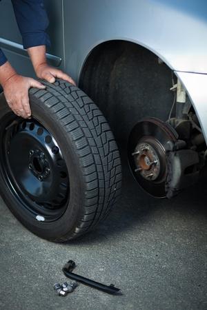 mecánico de cambiar una rueda de un coche moderno (imagen a color entonado)