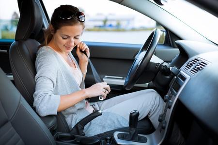 cinturon seguridad: Bastante joven conduciendo su coche nuevo