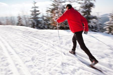 en mont�e: Ski de fond: jeune homme de ski de fond sur une belle journ�e d'hiver ensoleill�e