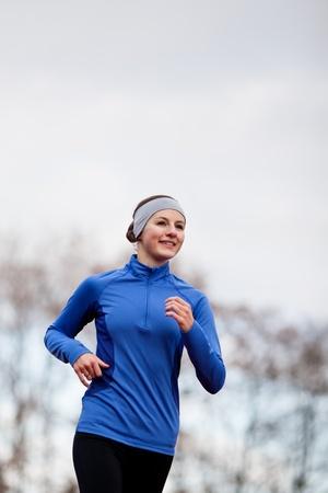 Porträt einer Frau läuft gegen gegen den blauen Himmel