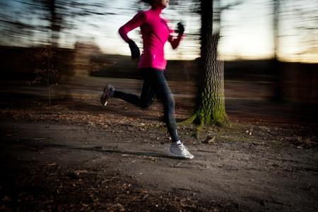 gente corriendo: Mujer joven correr al aire libre en un parque de la ciudad en una fr�a de oto�o  invierno d�a (movimiento de la imagen borrosa)