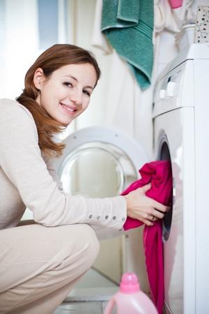 laundry: Las tareas del hogar: mujer joven lavando la ropa (DOF, imagen de tonos de color)