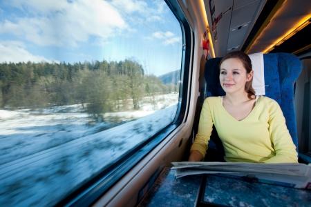 pociąg: Młoda kobieta podróży pociągiem Zdjęcie Seryjne