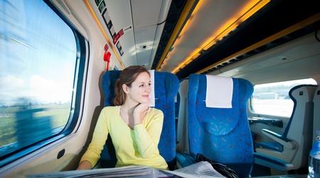 viajero: Mujer joven que viaja en tren Foto de archivo
