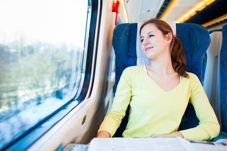 persona viajando: Mujer joven que viaja en tren Foto de archivo