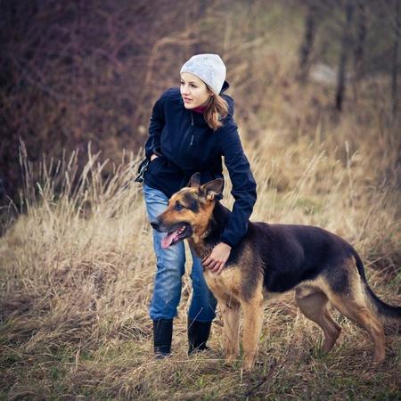obedience: Maestro y su perro obediente (pastor alemán)