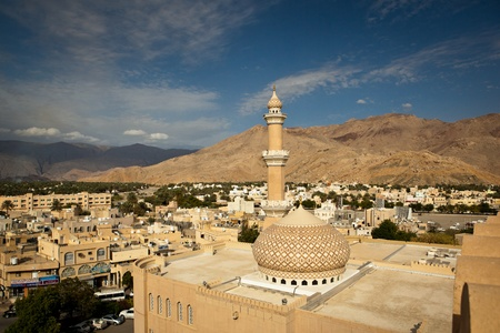 Oman: Stunning view of the city of Nizwa surrounded by mountains (Ad Dakhiliyah, Oman)