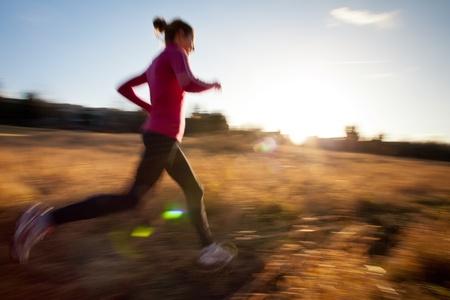 atleta corriendo: Mujer joven correr al aire libre en una bonita y soleada de invierno  otoño día (movimiento de la imagen borrosa)