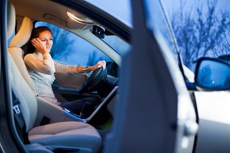 Piuttosto giovane donna alla guida di un'auto nuova