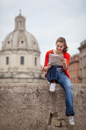 Jolie jeune femme de tourisme étudie une carte à la Trajan Banque d'images