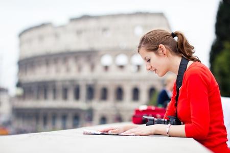 tour guide: Retrato de una hermosa joven turista, la mujer en Roma, Italia (con el Coliseo al fondo)