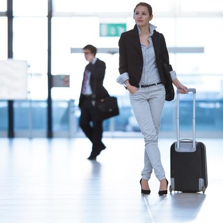 gente aeropuerto: Bastante joven mujer pasajero en el aeropuerto (DOF, imagen en color entonado)