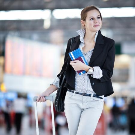 gente aeropuerto: Bastante joven mujer de pasajeros en el aeropuerto (DOF, imagen en color entonado) Foto de archivo