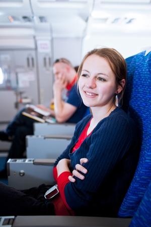 hotesse de l air: Jolie jeune femme de passagers à bord d'un aéronef (image en couleur tonique) Banque d'images