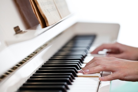 tocando piano: Reproducci�n de Piano (DOF; imagen en color entonado)