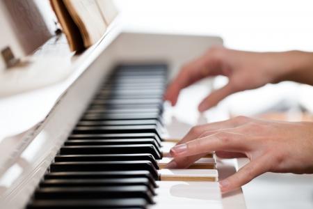 piano: Playing Piano (ondiepe DOF, kleur getinte afbeelding)