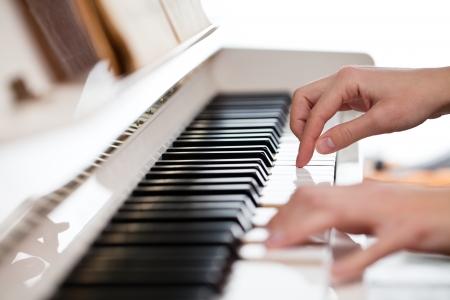joueur de piano: Jouer du piano (shallow DOF; image couleur tonique)