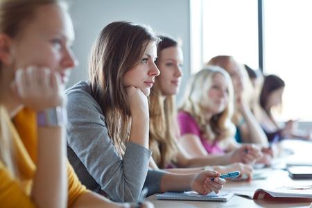 třída: Studenti ve třídě (barva tónovaný obraz) Reklamní fotografie