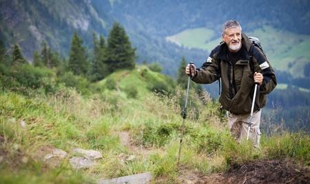 Attivo escursioni anziano in alta montagna (Alpi svizzere)